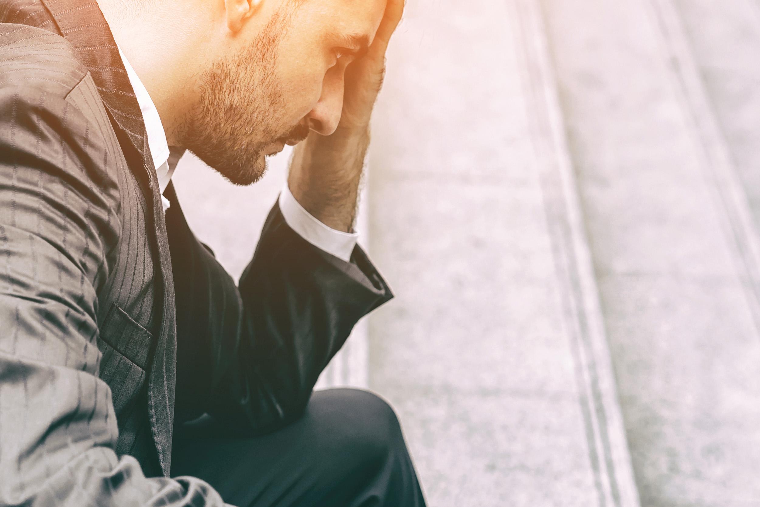 hombre empresario con ansiedad